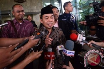 JAKARTA (Antara Babel). Anggota DPR Komisi VIII, Jazuli Juwaini usai diperiksa terkait penyidikan kasus dugaan korupsi dan tindak pidana pencucian uang kepengurusan rekomendasi kuota impor daging sapi di gedung Komisi Pemberantasan Korupsi, Jakarta Selatan, Senin (22/4). Jazuli mengaku hanya dimintai keterangan oleh penyidik masalah tanah yang ditempati Lutfi Hasan Ishaaq. FOTO ANTARA/Fanny Octavianus/ed/13.
