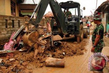 Bersihkan Sampah Banjir