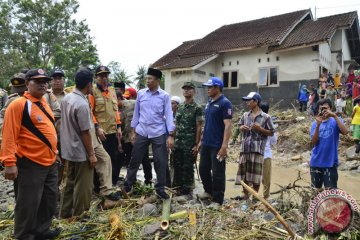 Gubernur Tinjau Korban Banjir