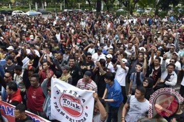 Di depan kantor Kemenhub, sopir taksi online menjerit merasa diperberat