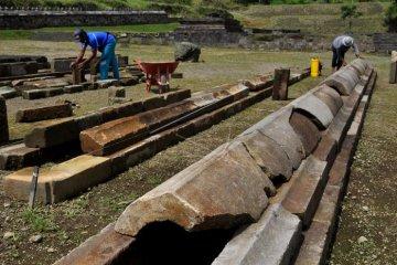 Petugas Balai Pelestarian Cagar Budaya (BPCB) Jawa Tengah menyusun batuan pagar induk di kompleks situs Liyangan kawasan lereng gunung Sindoro di dusun Liyangan, Purbosari, Ngadirejo, Temanggung, Jawa Tengah, Senin (26/3). Petugas BPCB pada tahap ini mencari, menyusun, dan menyatukan satu demi satu batuan pagar candi induk Situs Liyangan peninggalan zaman Mataram Kuno tersebut. ANTARA FOTO/Anis Efizudin/18