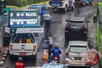 Polisi mulai alihkan kendaraan langgar ganjil-genap