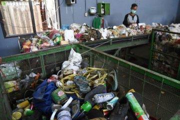 Sejumlah pekerja memilah sampah non organik dan barang bekas beracun (B3) pada mesin konveyor di Pusat Daur Ulang Sampah Jambangan, Surabaya, JawaTimur, Sabtu (14/4). Pusat Daur Ulang tersebut mengolah tiga hingga lima ton sampah pada satu hari tersebut 40 persen merupakan sampah organik sisa dapur diproses menjadi kompos dan 20 persen non organik di jual pada pengepul.  (ANTARA FOTO/M Risyal Hidayat)