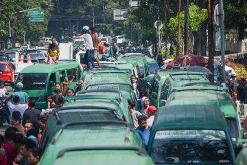 Aksi supir angkot di Bandung