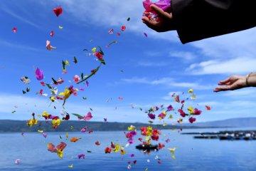 Tabur bunga korban KM Sinar Bangun