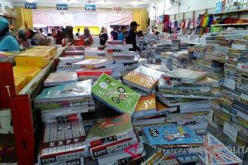 Pembeli Memadati Toko Buku