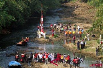 Upacara Bendera Di Sungai Ciliwung
