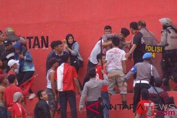 Bentrok Suporter Semen Padang FC