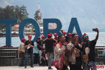 Bumn Hadir - Siswa Papua Barat Kunjungi Danau Toba