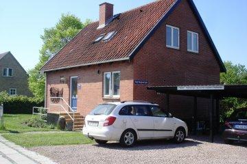 Beda perawatan mobil yang diparkir di garasi dan tempat terbuka