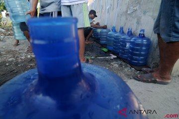 Pengungsi Antre Air Bersih