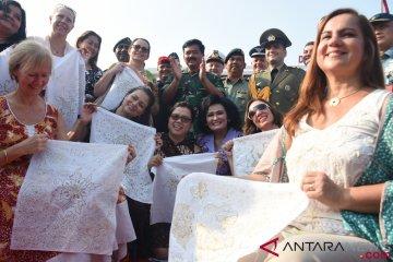 Dharma Pertiwi TNI Pecahkan Rekor MURI Membatik