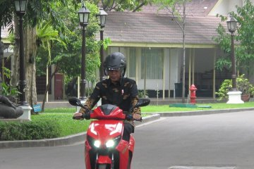 Presiden coba sepeda motor listrik buatan ITS