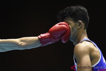 Petinju Thailand Saylom Ardee (kiri) memukul petinju Indonesia Grace Savon Simangunsong dalam babak final kelas Men's Welter (69 kg) 18th Asian Games Invitation Tournament di JIExpo, Jakarta, Kamis (15/2/2018). ANTARA FOTO/Sigid Kurniawan.