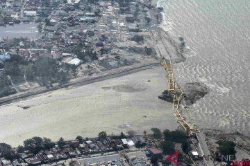 Suasana jembatan kuning yang ambruk akibat gempa dan tsunami di Palu, Sulawesi Tengah, Sabtu (29/9/2018). ANTARA FOTO/Muhammad Adimaja.