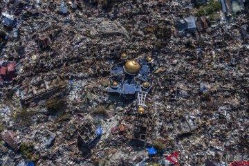 Foto udara rumah-rumah warga yang hancur akibat gempa 7,4 pada skala richter (SR) di Perumnas Balaroa, Palu, Sulawesi Tengah, Senin (1/10/2018). ANTARA FOTO/Hafidz Mubarak A.