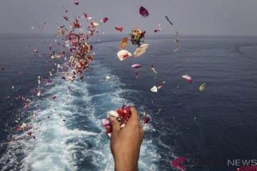Prosesi tabur bunga di lokasi jatuhnya pesawat Lion Air JT 610 di perairan Tanjung Karawang, Jawa Barat, Selasa (6/11/2018). ANTARA FOTO/Dhemas Reviyanto.