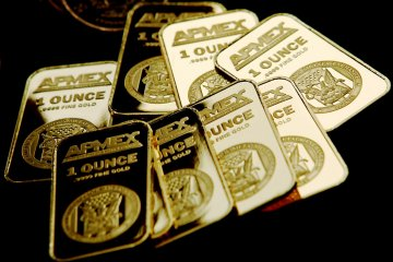 Harga emas ditutup di tertinggi sepekan ditopang pelemahan greenback