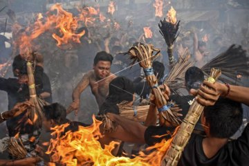 Tradisi Perang Api Umat Hindu