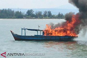 Nelayan Bakar Kapal Pengguna Trawl