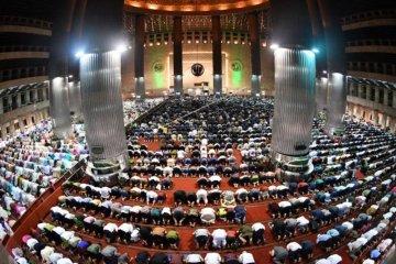 Shalat Tarawih pertama di Mesjid Istiqlal