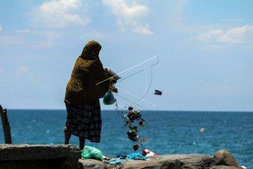 Warga Buang Sampah Ke Laut
