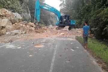 Polisi dan pihak terkait bersihkan longsoran tutupi jalan lintas