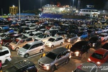 Kendaraan pribadi padati Pelabuhan Merak