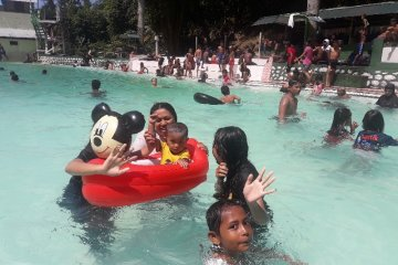Warga Jayapura padati wisata pemandian pascalibur Lebaran