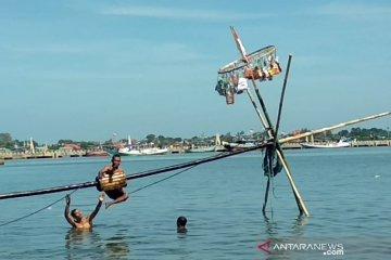 Warga Jepara rayakan syawalan dengan panjat pinang di laut