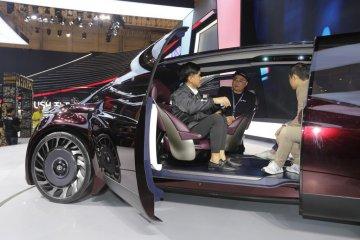 Kaesang mampir ke booth Toyota, duduki Supra dan FCR Concept