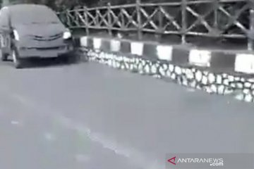 Abu erupsi Tangkuban Parahu menutupi kaca beberapa kendaraan bermotor