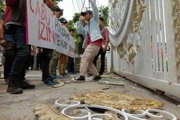 Pagar kantor Gubernur Sumut dirusak pendemo