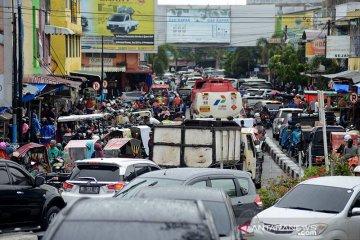 Pasar Peunayong macet dan semrawut
