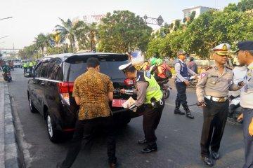 Mobil dinas kementerian terjaring razia ganjil genap di Gunung Sahari