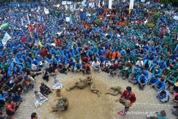 Ribuan mahasiswa duduki DPR Aceh
