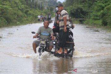 Jasa angkut kendaraan melintasan banjir