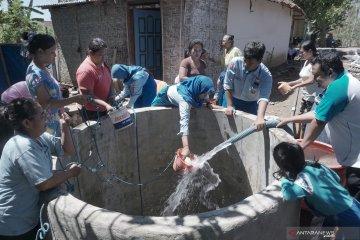 Siswa salurkan bantuan air bersih