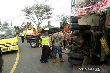 Rem blong, truk hantam mobil Avanza di Puncak