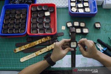 Produksi Jam Tangan Olahan Jamur