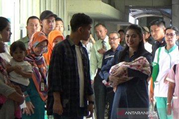 Selvi menantu Jokowi pulang dari rumah sakit setelah melahirkan
