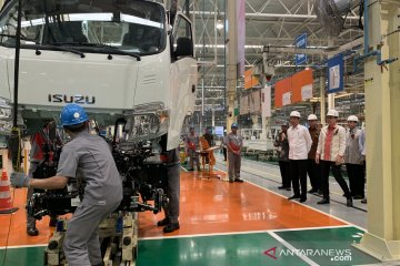 Presiden meninjau Pabrik Isuzu di Karawang