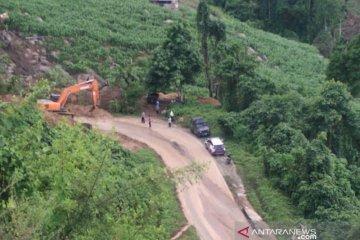 Jalur longsor di Sumalata-Biawu Gorontalo Utara dibersihkan