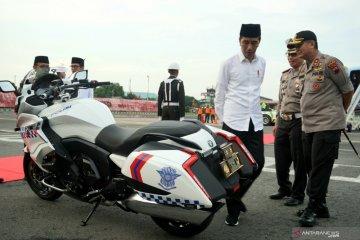 Presiden Jokowi lihat motor BMW K100 Patwal Polda Jateng