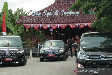 Jokowi santap ingkung Jawa original di rumah makan Mbah Geol Bantul