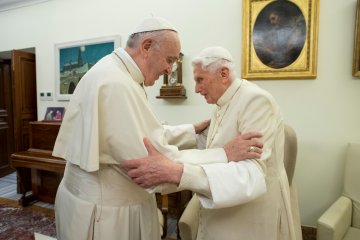 Mantan paus Benekditus tegaskan dukungan pada selibat para imamat di gereja Katolik