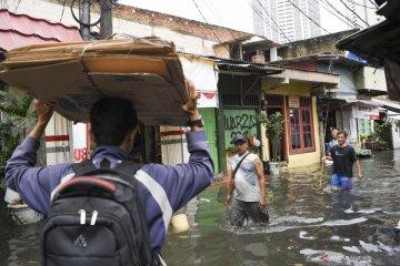 Kemarin, Jakarta banjir lagi hingga remaja laki-laki tenggelam