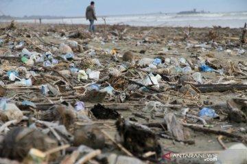 Pantai dipenuhi sampah