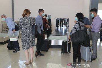 Pembagian masker di Bandara Wiriadinata