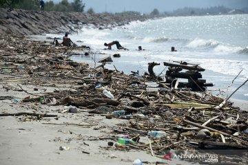 Pantai tercemar sampah kiriman